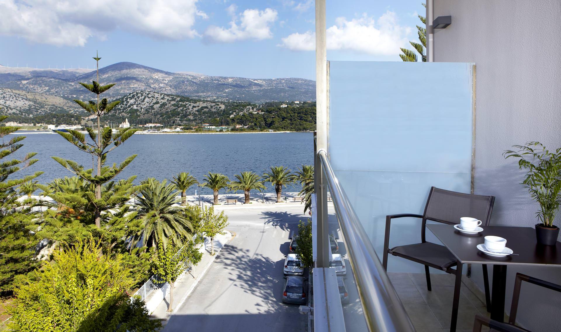 Θέα θάλασσα από το μπαλκόνι στο οικογενειακό δωμάτιο στο Αργοστόλι Κεφαλονιάς του Mouikis Hotel 25m²