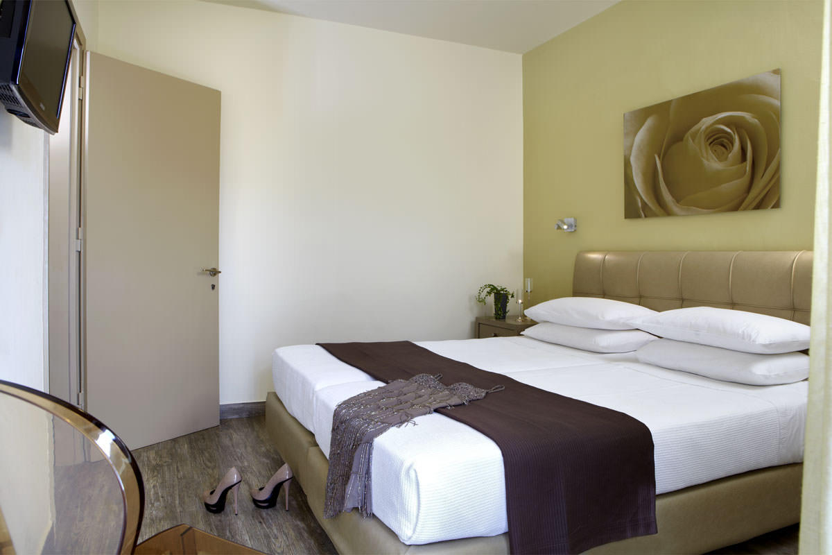 The comfortable interiors of the Mouikis hotel family suite in Argostoli with two bedrooms 35m²